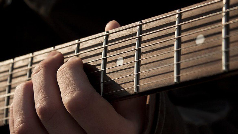 איך כדאי ללמוד לנגן על גיטרה?
