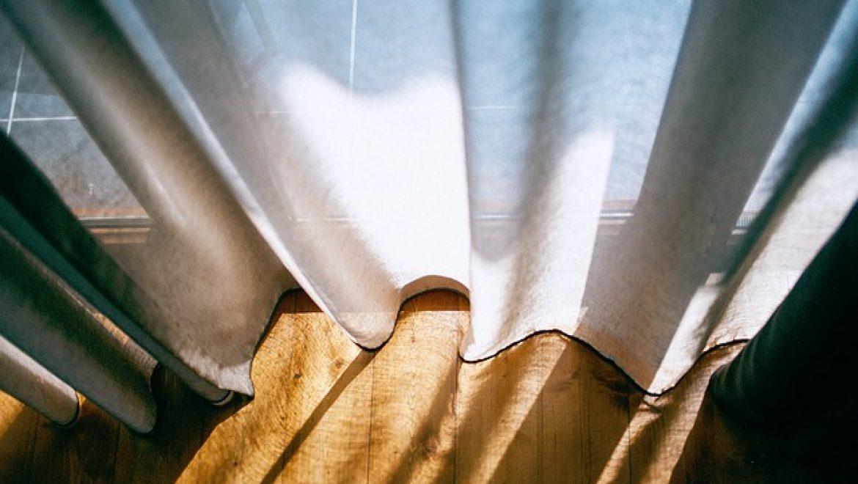 וילונות מעוצבים לסלון – הנחיות לבחירת וילונות