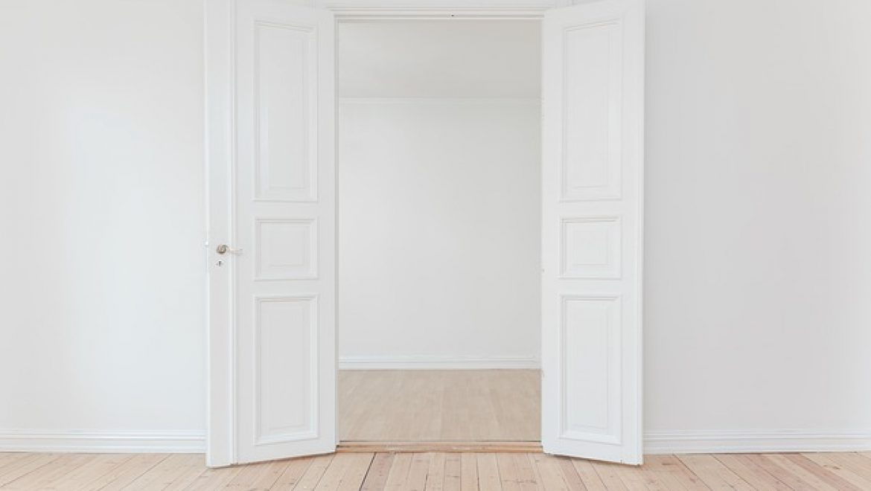 דלתות פנים מעוצבות מעץ מלא – כיצד בוחרים?