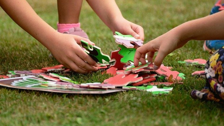 היתרונות של דשא סינטטי בגני ילדים
